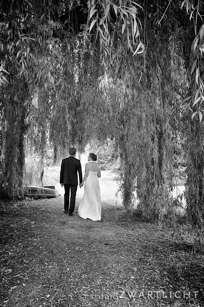 achterkant_bruidspaar_zwart-wit