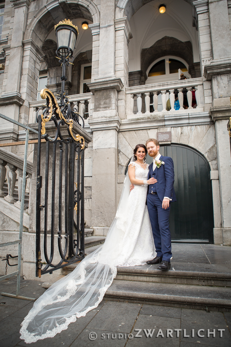 bruidspaar voor stadhuis maastricht