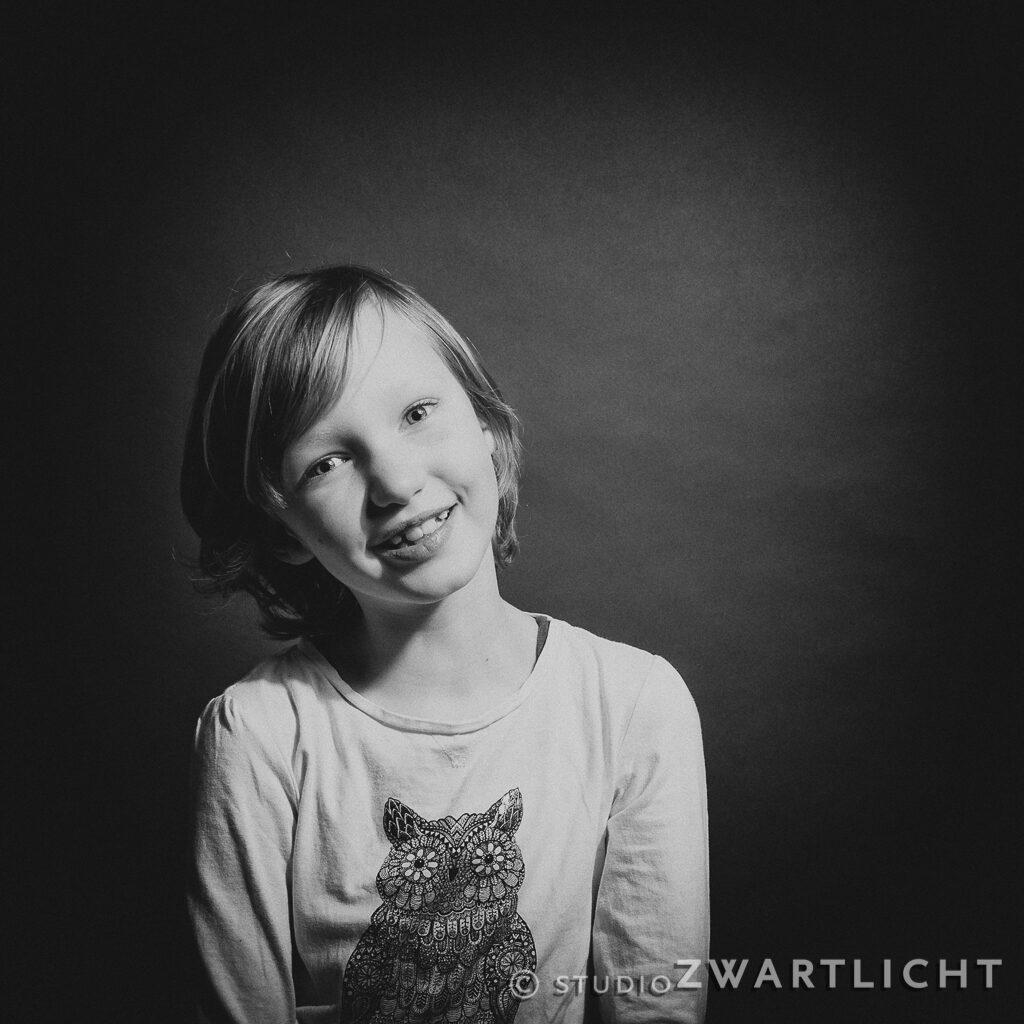 zwart-wit portret lief lachend meisje maastricht