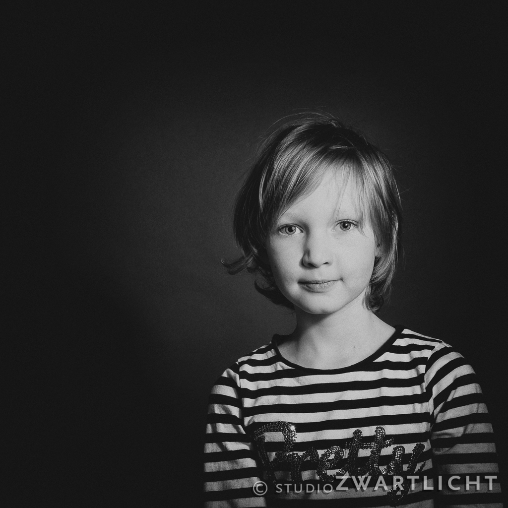 studioportret zwart-wit serieus meisje