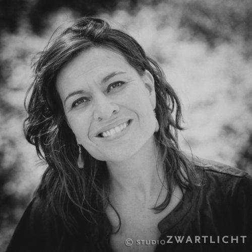 zwart-wit_portret_lachende_vrouw_in_de_natuur_2