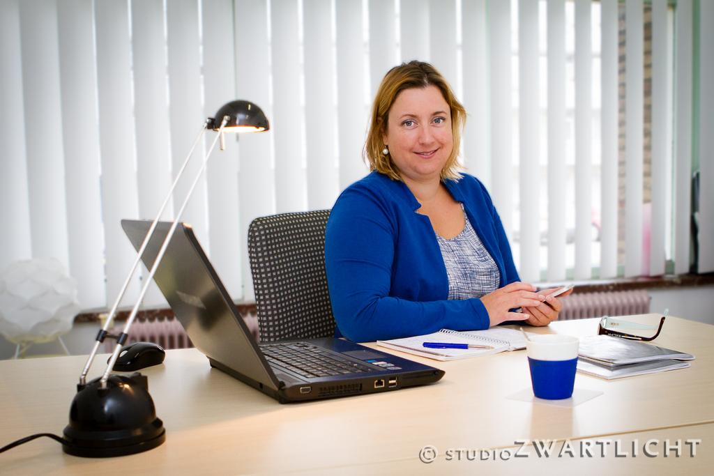 zakenvrouw aan haar kantoor