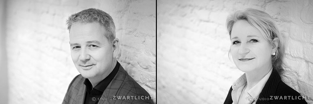 zwart-wit zakelijk portret bij witte muur